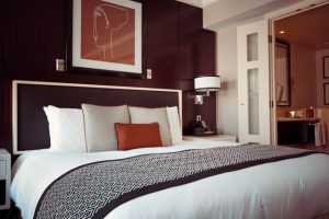 Jak wybrać odpowiednie łóżko z podnoszonym stelażem oraz pojemnikiem?