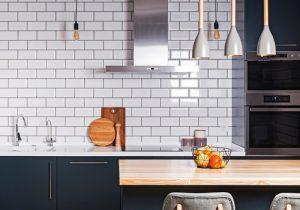 Ciekawy sposób na odświeżenie domu – gdzie stosować naklejki na płytki?
