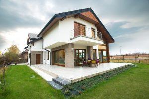 Modne i nowoczesne projekty małych domów parterowych – co warto o nich wiedzieć?