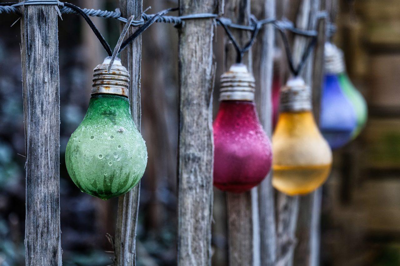 Pomysł na oświetlenie ogrodu – sprawdź girlandę z żarówek